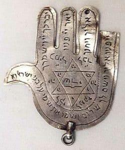 Un des premiers symboles de la main de fatma
