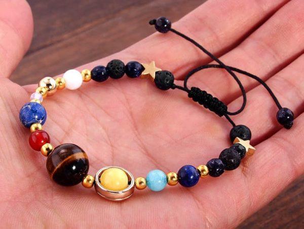 bracelet systeme solaire dans main